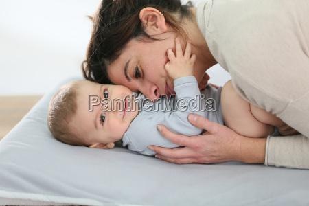 mama kuschelige baby boy auf wechselnden