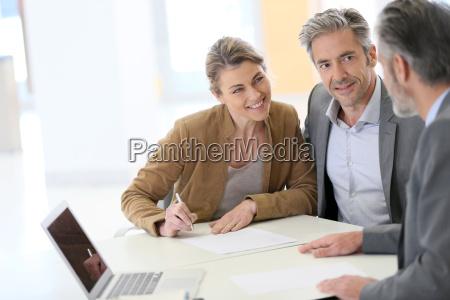 aelteres paar unterzeichnung finanzvertrag bei der