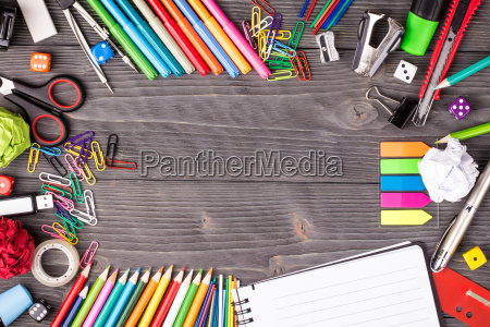 verschiedene bueroartikel auf schreibtisch mit kopienraum