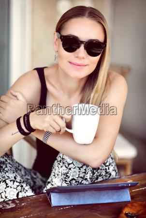stilvolle frau im cafe im freien