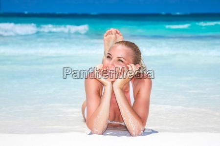 schoene frau auf dem strand