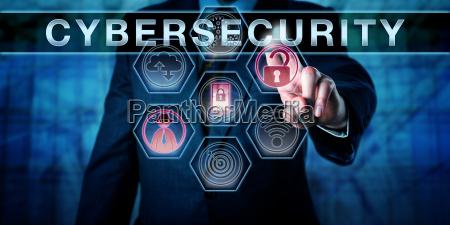 ingeniero de seguridad empujando ciberseguridad