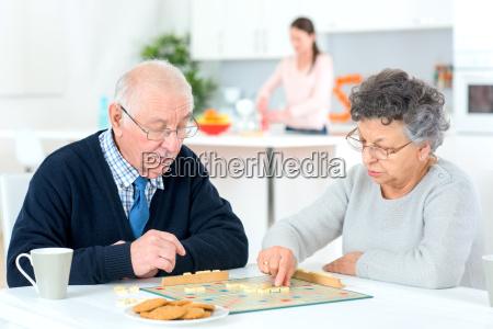 altes ehepaar ein spiel spielen