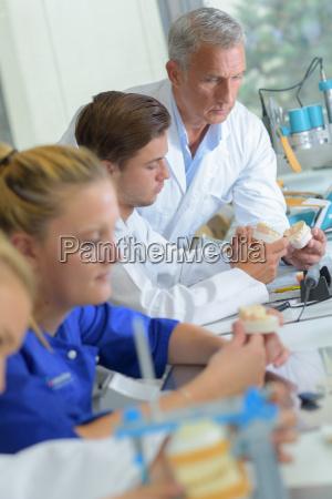 techniker in dentallabor arbeiten