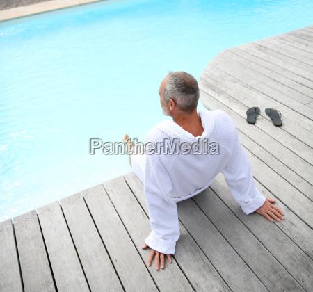 aelterer mann mit dem badekurort bademantel