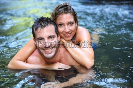 froehlich paar baden im flusswasser