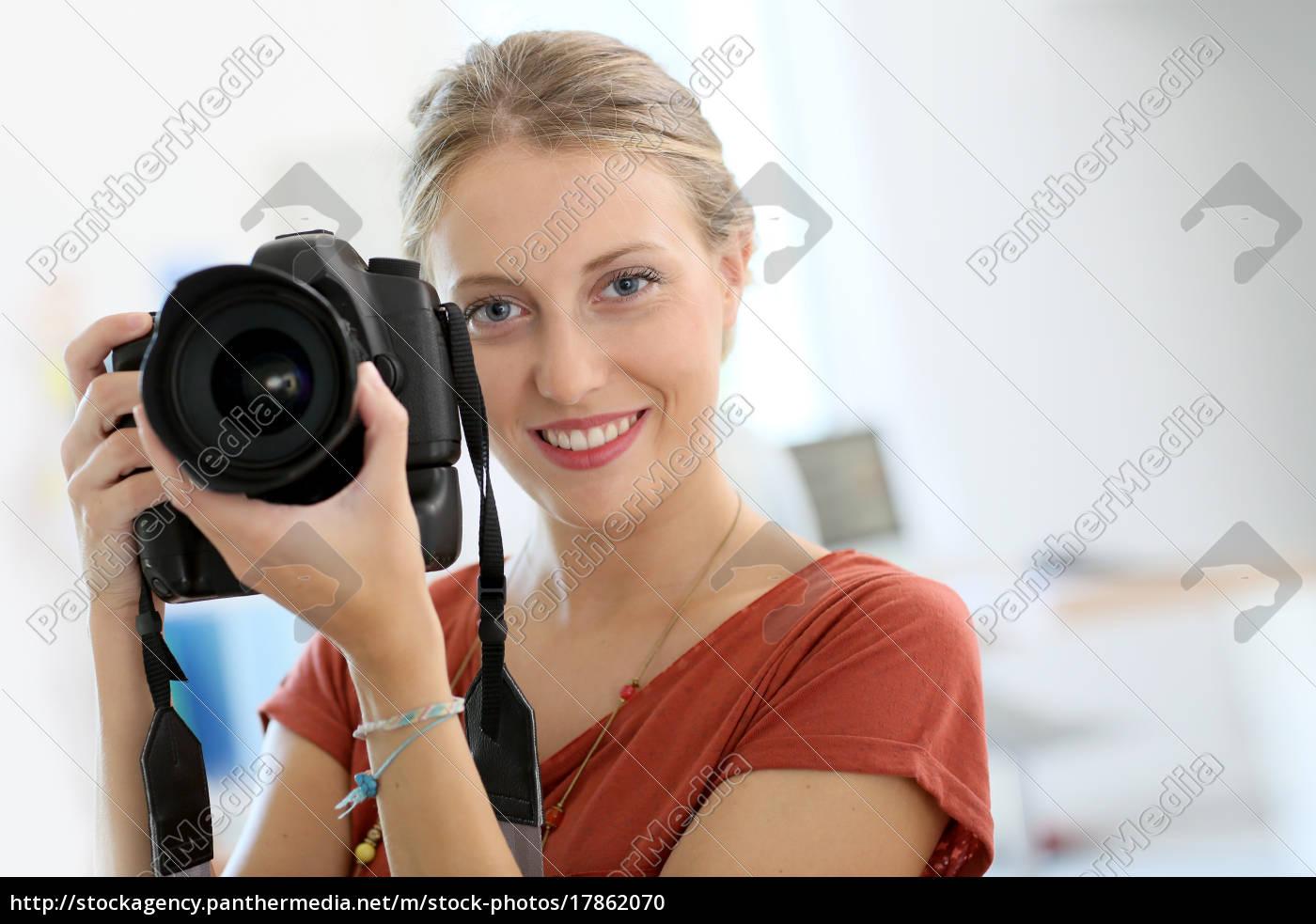 fröhliche, junge, frau, in, der, fototrainingsklasse - 17862070