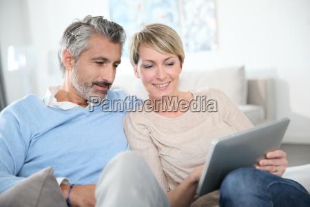 paar im mittleren alter websurfing im