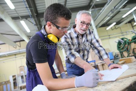 carpenter mit lehrling in ausbildungszeit