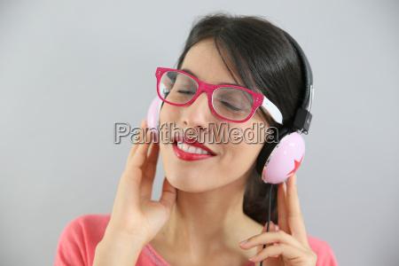clsoeup of brunette girl with eyeglasses