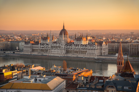 ungarischen parlamentsgebaeude am sonnenaufgang