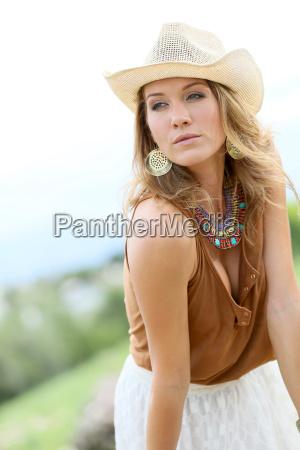 attraktive frau modell mit cowgirl stil