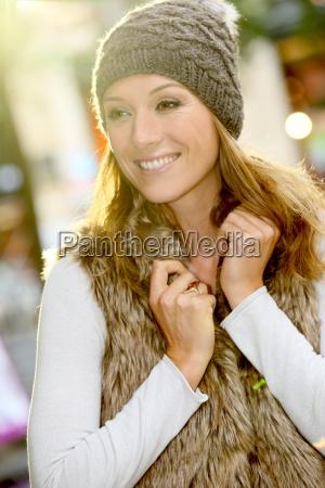portraet des trendigen maedchens mit winterkleidung