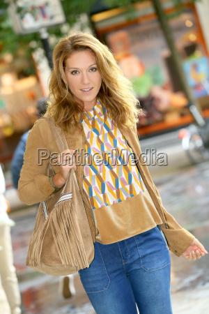 trendy maedchen zu fuss in einkaufsstrasse