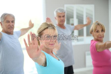 aeltere leute in der fitnessraum ausstrecken
