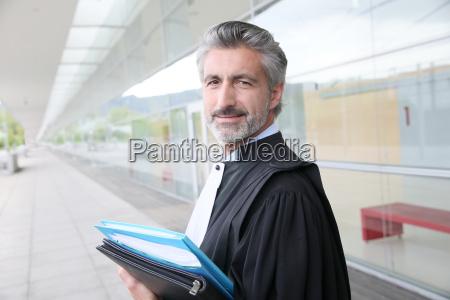 portraet von anwalt stehend ausserhalb gerichtsgebaeude