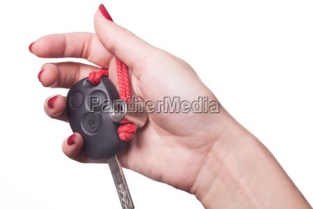 hand mit roten fingernaegeln und autoschluessel