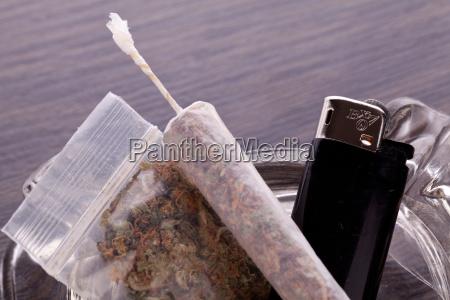 cannabis marihuana mit wasserpfeifer und joint