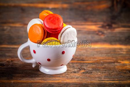 franzoesisch macarons in der tasse