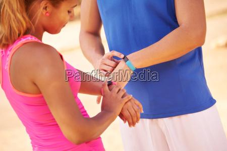 athlet menschen sporttraining programmierung fitwatch fitband