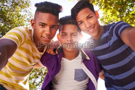 multietnico grupo adolescentes abrazar sonriente camara