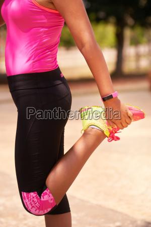 frau sport dehnen mit fitwatch steps