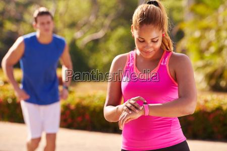 junge frau sporttraining fitness fitwatch schritte