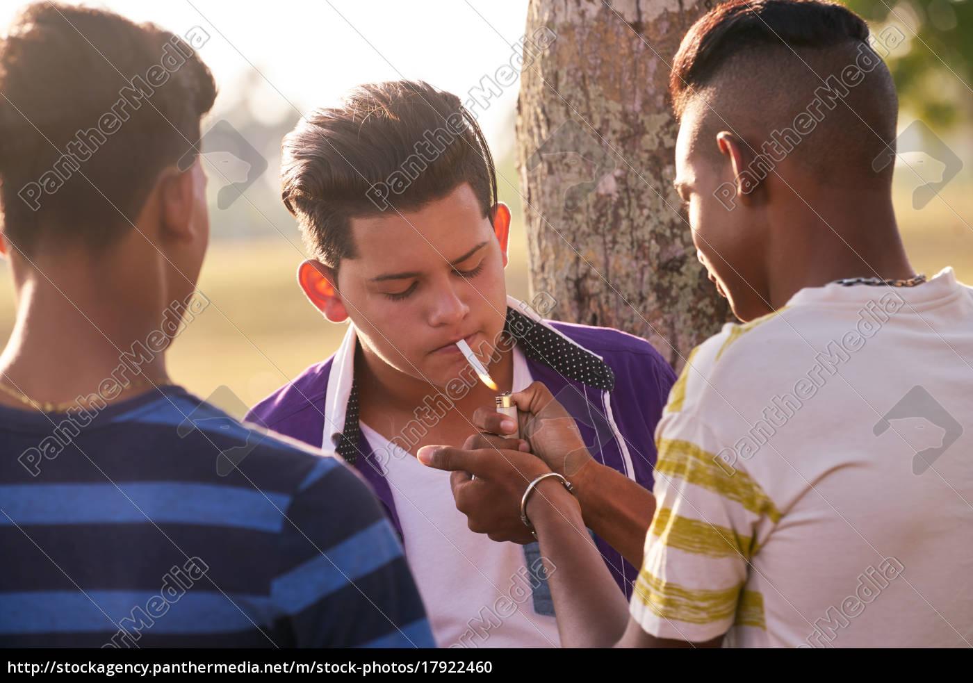 gruppe, jugendlichen, boy, smoking, cigarette, mit - 17922460