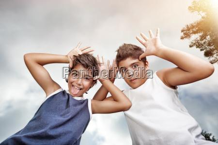 zwei glueckliche jungen gesichter