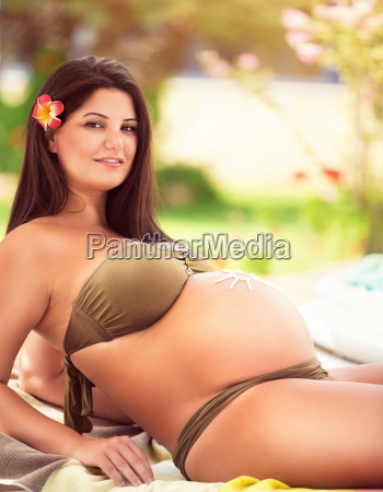 schwangere frau auf dem strand