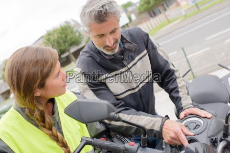 lehrer erklaeren motorrad dame