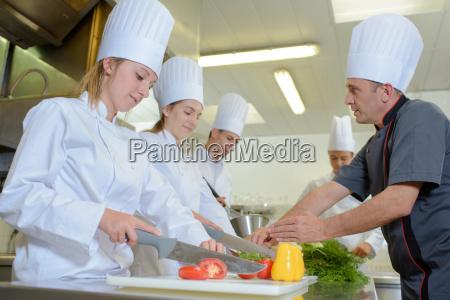 chef der studenten auf versorgungskurs unterrichtet