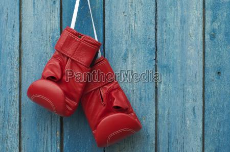 paar boxhandschuhe haengen in einer rustikalen