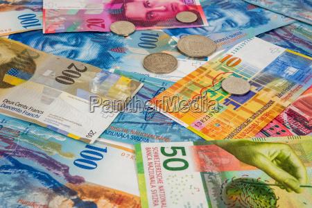 schweizer franken banknoten und muenzen als