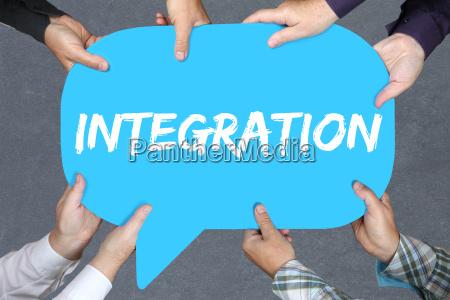 gruppe menschen halten integration auslaender fluechtlinge