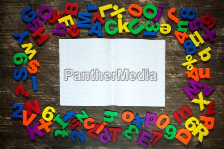 UEbungsbuch mit plastikbuchstaben und zahlen
