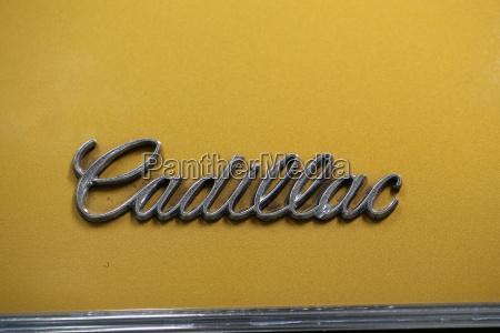 cadillac metallic logo nahaufnahme auf cadillac