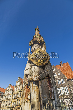 beruehmten roland statue am marktplatz in
