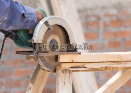 carpenter mit kreissaege in loggern