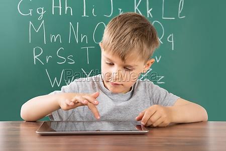 junge mit digital tablette in der