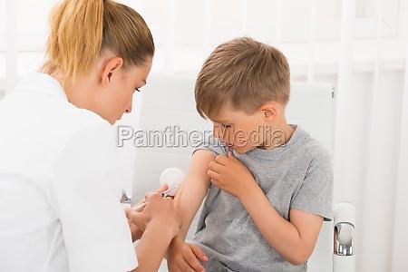 doktor, der, eine, injektion, boy - 17958328
