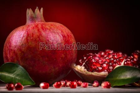 granatapfel vor rotem hintergrund