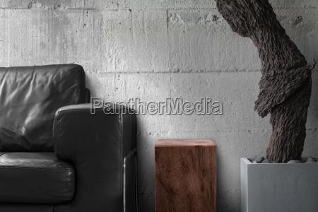 schwarzen sofa holztisch und alte holzskulptur