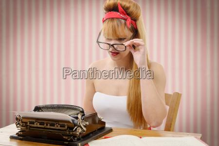 pin up maedchen mit alten schreibmaschine