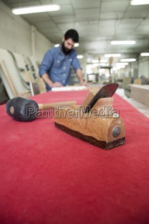 tischlerwerkzeuge mit unkonzentriertem zimmermannsschleifen einer holzdiebe