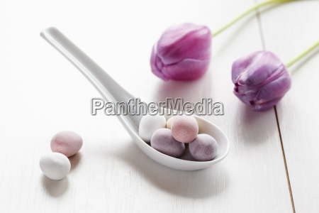 schokolade osterei auf porzellan loeffel tulpen