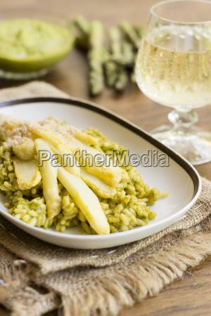 risotto mit gruenem spargel pesto weissen