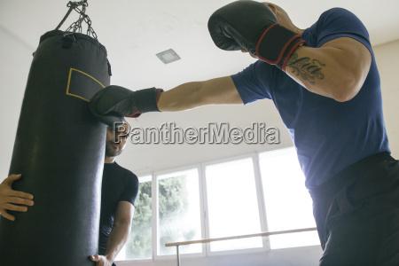 training uebung indoor sportkleidung entschlossenheit ueben