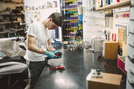 elektroniker der ein elektronisches geraet an