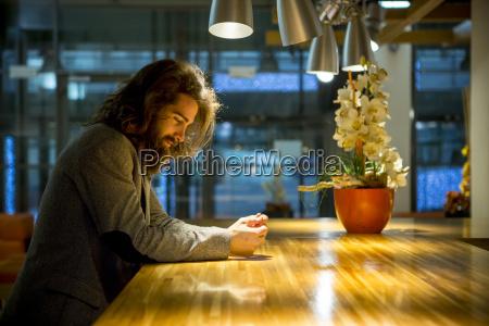 junge hippie businessmamn in der cafeteria